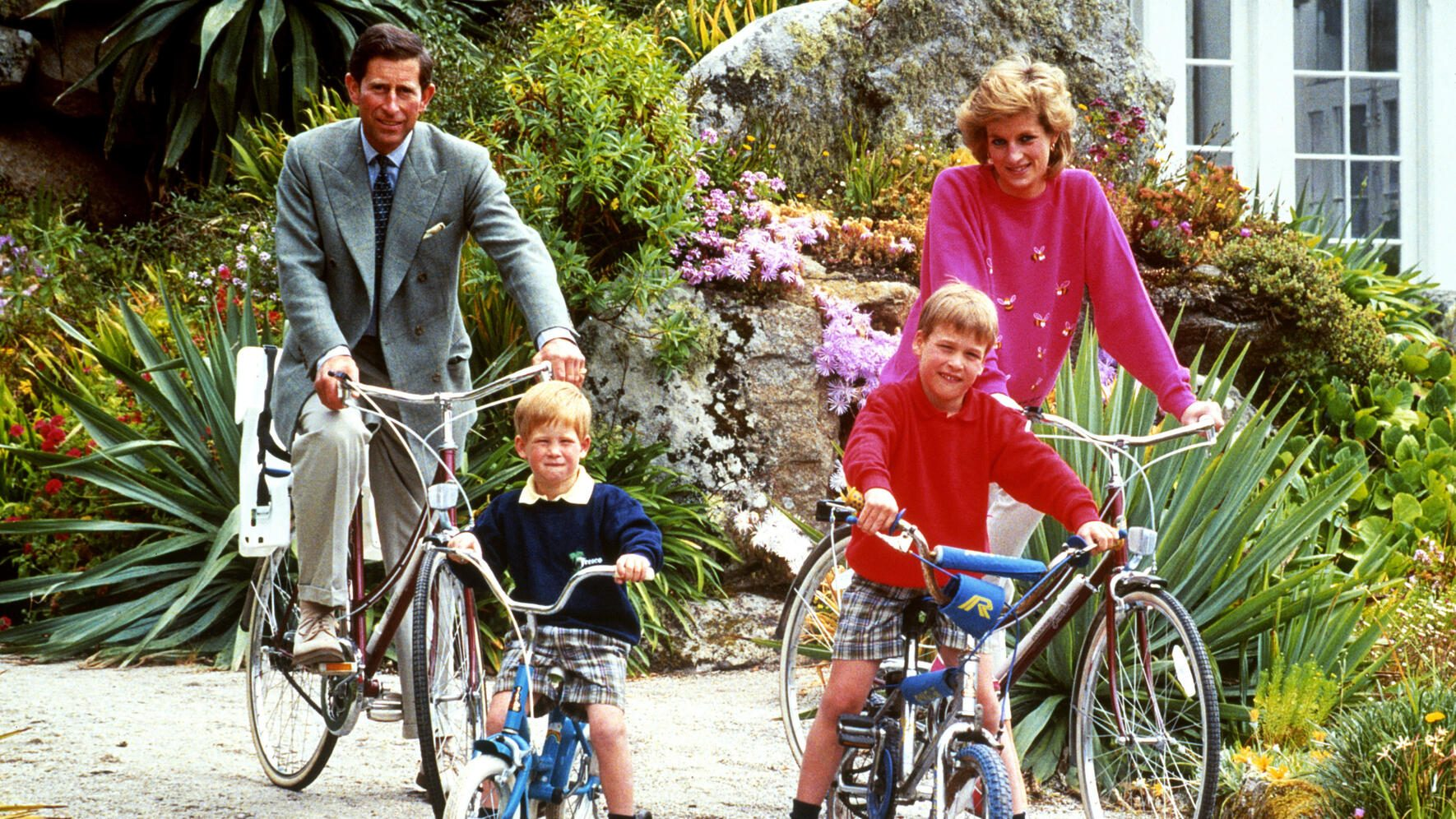 File photo dated 01/06/89 of the Prince and Princess of Wales with sons Prince William, right, and Prince Harry preparing for a cycling trip in Tresco during their holiday on the Scilly Isles. (FOTO: DUKAS/PA PHOTOS)