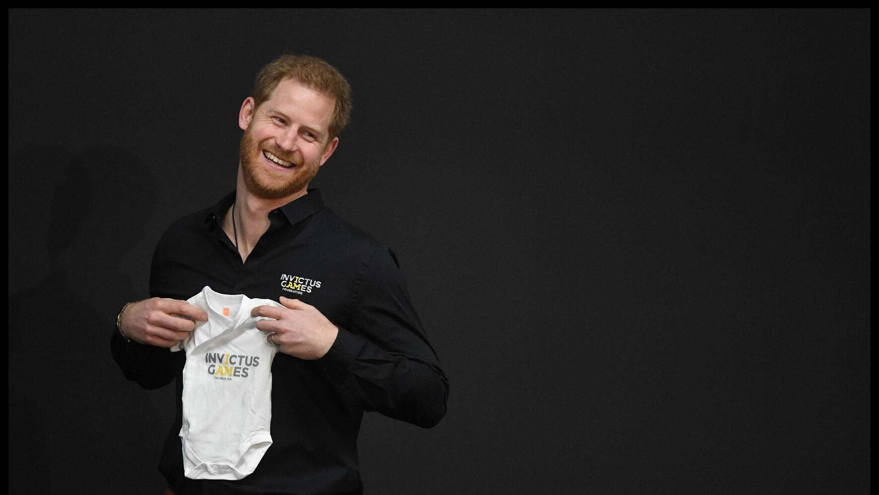 09/05/2019. Hague, Netherlands. Prince Harry launching The fifth Invictus Games. Prince Harry, The Duke of Sussex, is presented with a babygrow during a visit The Hague to launch the fifth Invictus Games which will take place in May 2020. (Andrew Parsons / i-Images / Polaris) (FOTO:DUKAS/POLARIS)