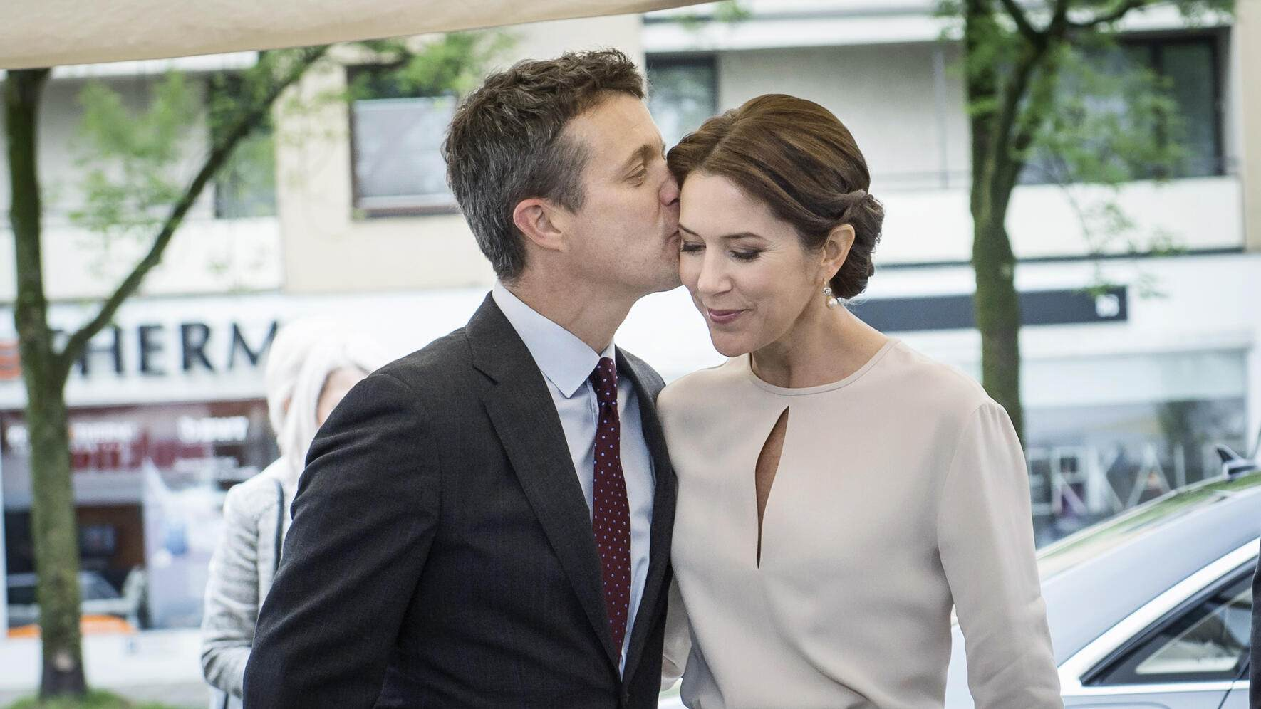 HRH Crown Prince Frederik and HRH Crown Princess Mary are on an offical visit to Germany from the 19th to 21st of May, 2015. HRH Crown Princess Mary visits an event in Munich May 21, 2015, which aims to brand Denmark as a design and gastronomy country. The Danish chef Thorsten Schmidt presents Danish food and gastronomy. The Crown Princess lends a hand in the process.Frederik de Danemark;Mary de Danemark