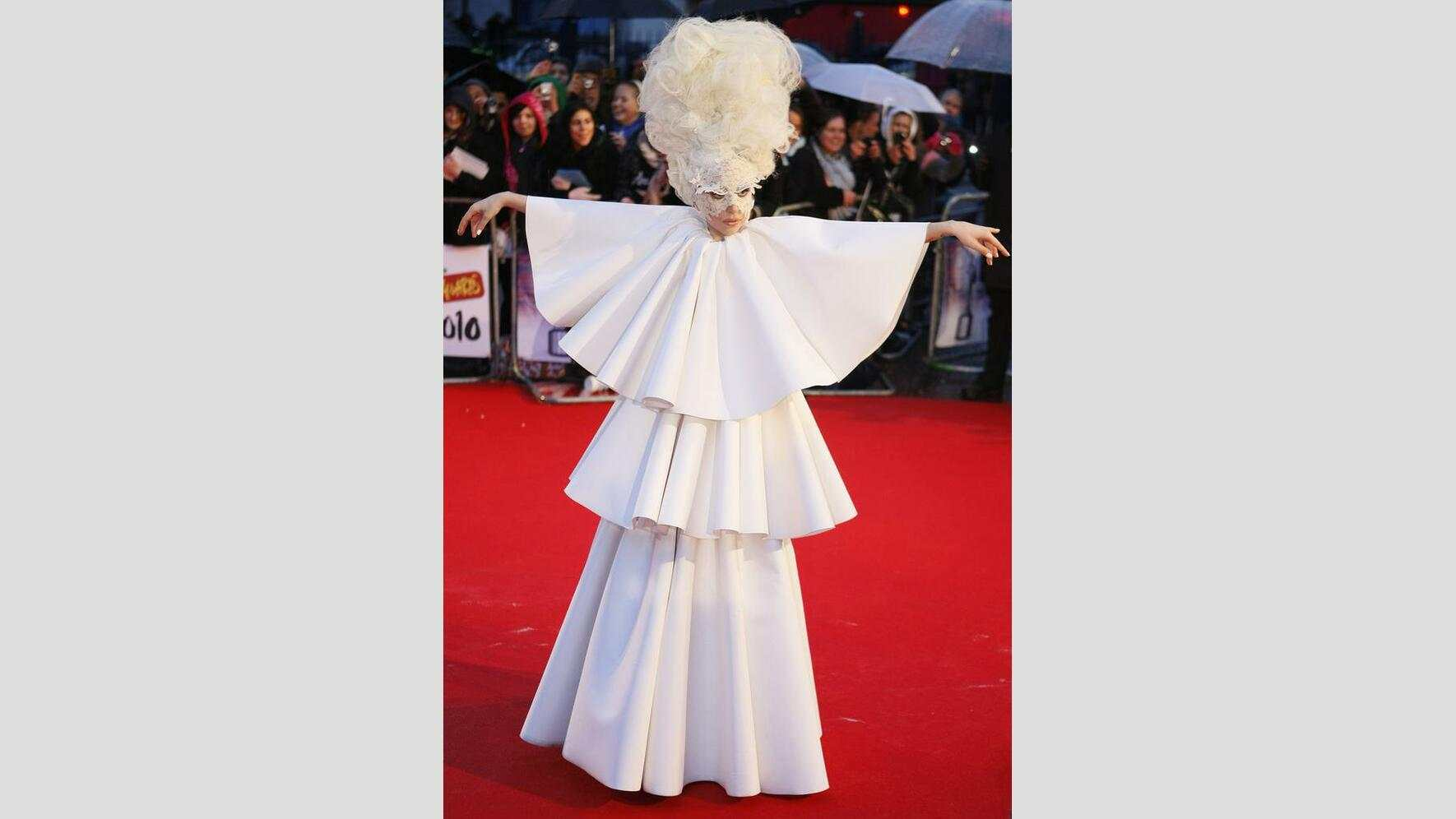 Brit Awards: Lady Gaga weisser Robe 2010