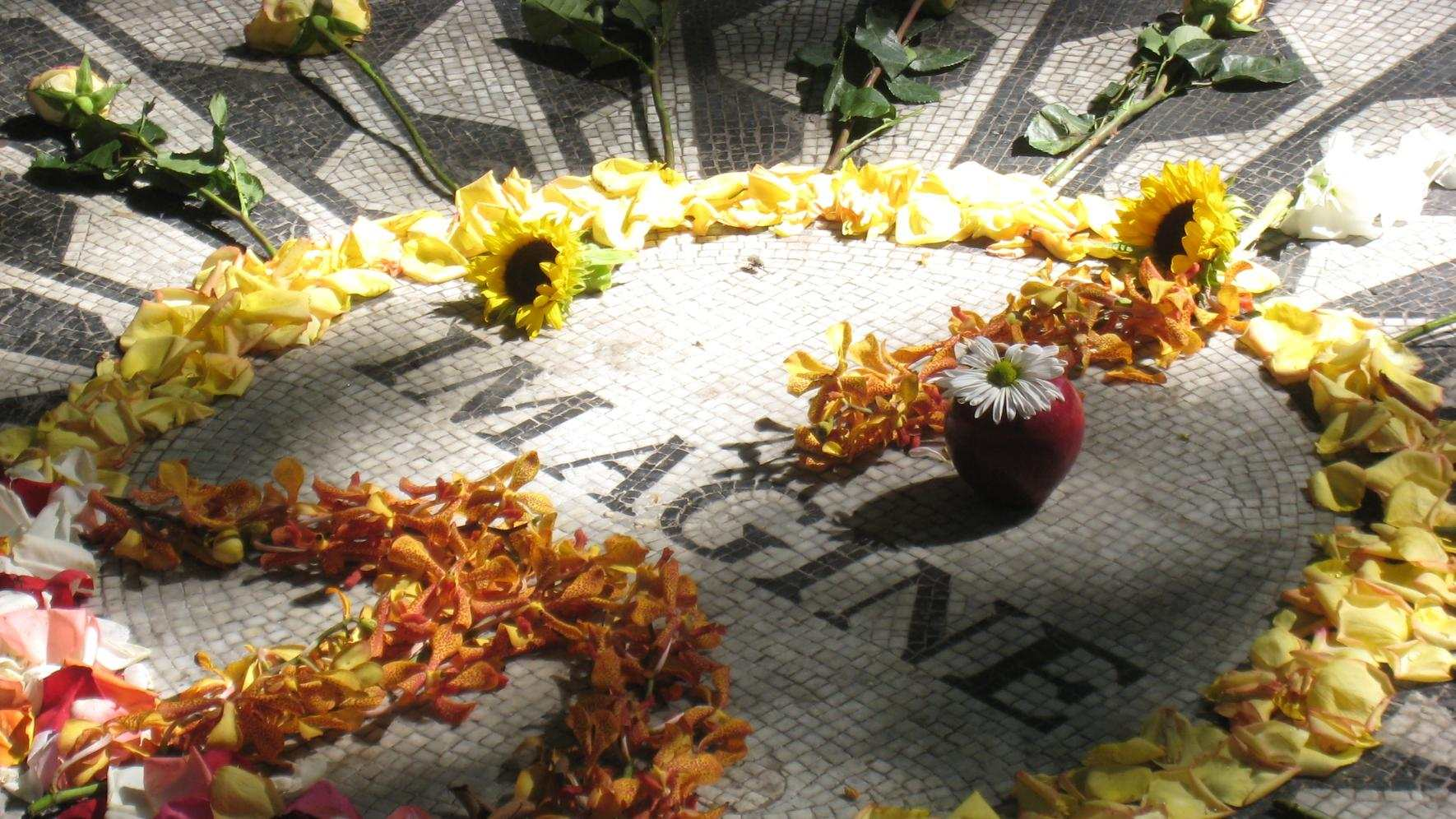 IMAGINE Mosaic - Strawberry Fields (John Lennon Memorial) im Central Park West (Park-Eingang West 72nd Street)