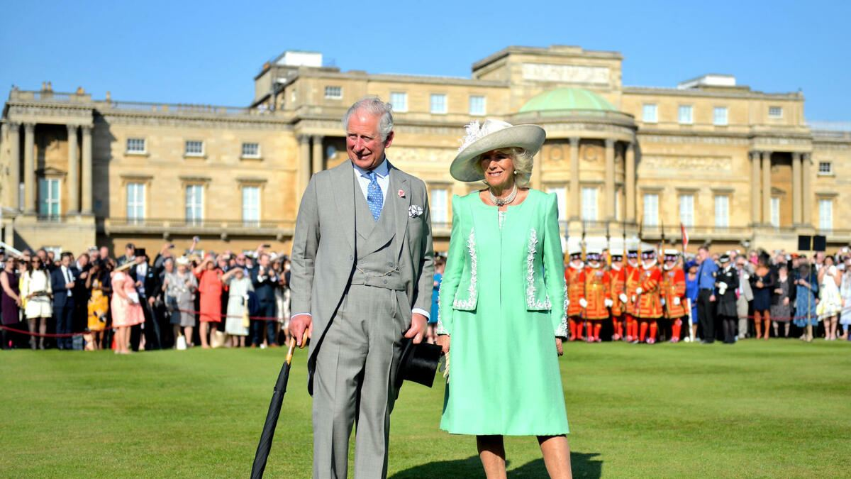 The Prince of Wales and the Duchess of Cornwall during a garden party at Buckingham Palace in London. (FOTO: DUKAS/PA PHOTOS)