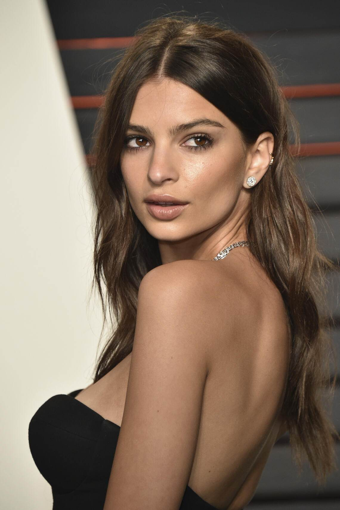 BEVERLY HILLS, CA - FEBRUARY 28:  Actress Emily Ratajkowski arrives at the 2016 Vanity Fair Oscar Party Hosted By Graydon Carter at Wallis Annenberg Center for the Performing Arts on February 28, 2016 in Beverly Hills, California.  (Photo by John Shearer/Getty Images)