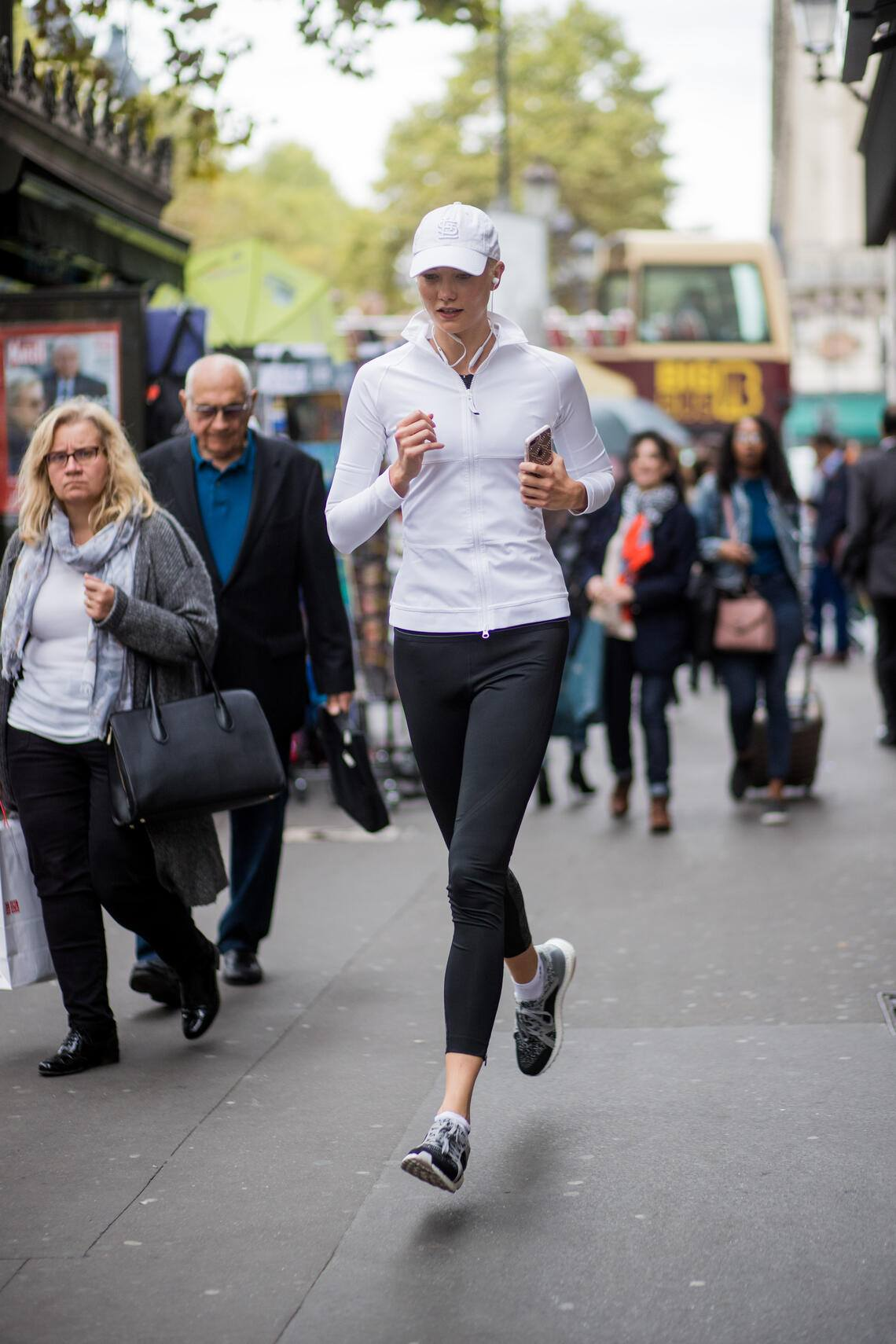 PARIS, FRANCE - SEPTEMBER 28: Karlie Kloss is seen jogging during Paris Fashion Week Spring/Summer 2018 on September 28, 2017 in Paris, France. (Photo by Christian Vierig/Getty Images)
