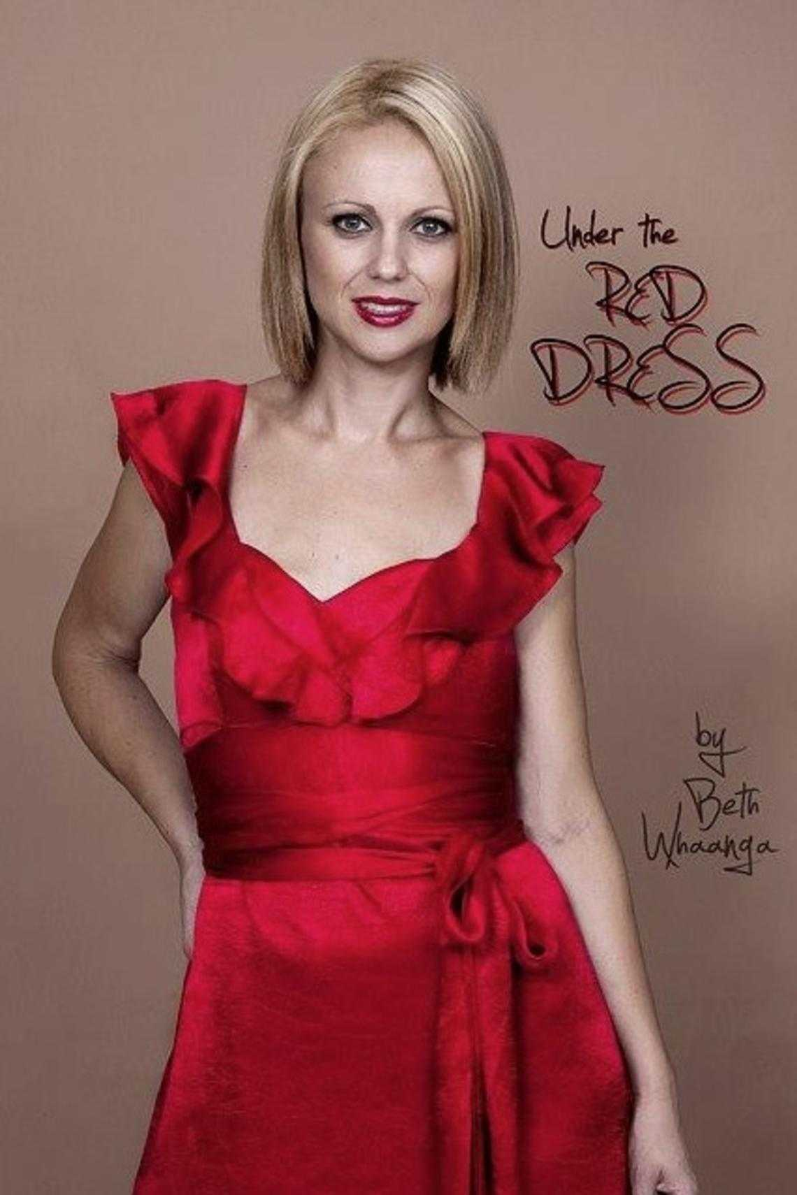 Beth Whaanga mit rotem Kleid in «Under the Red Dress»-Kampagne