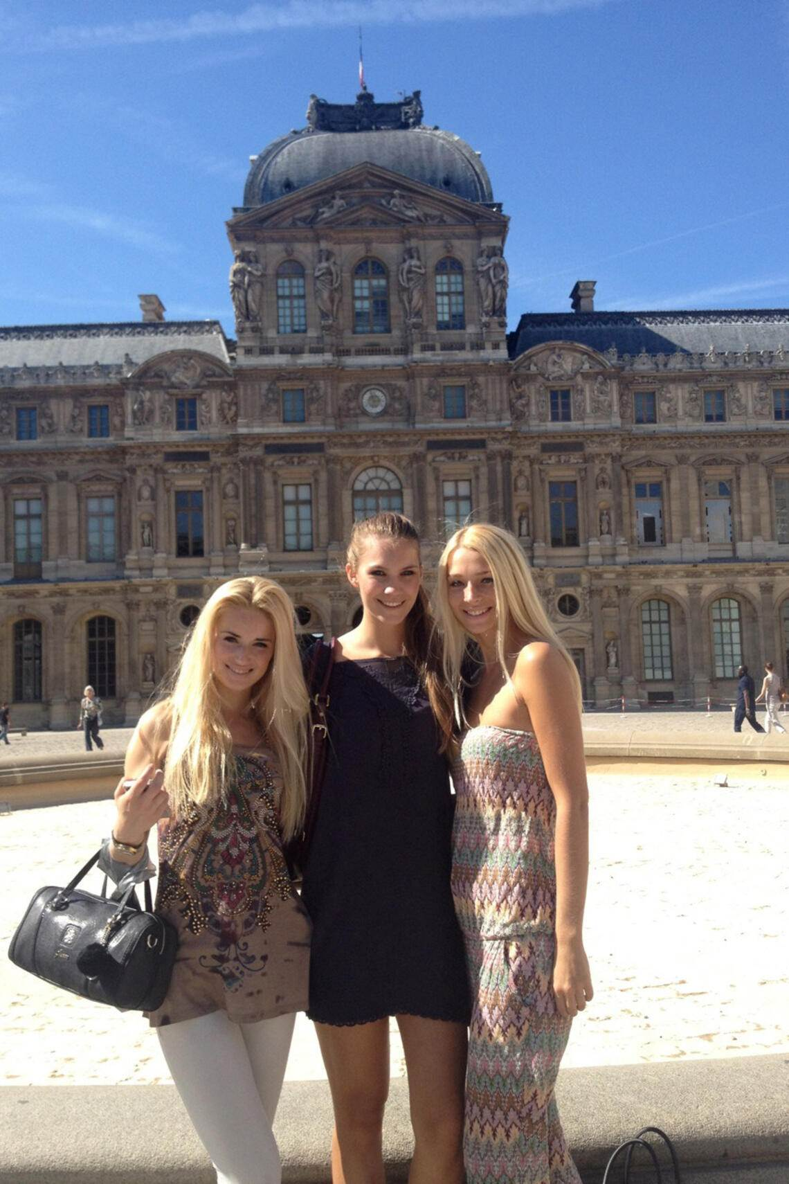 Kerstin Cook in Paris: mit WG-Models vor Louvre