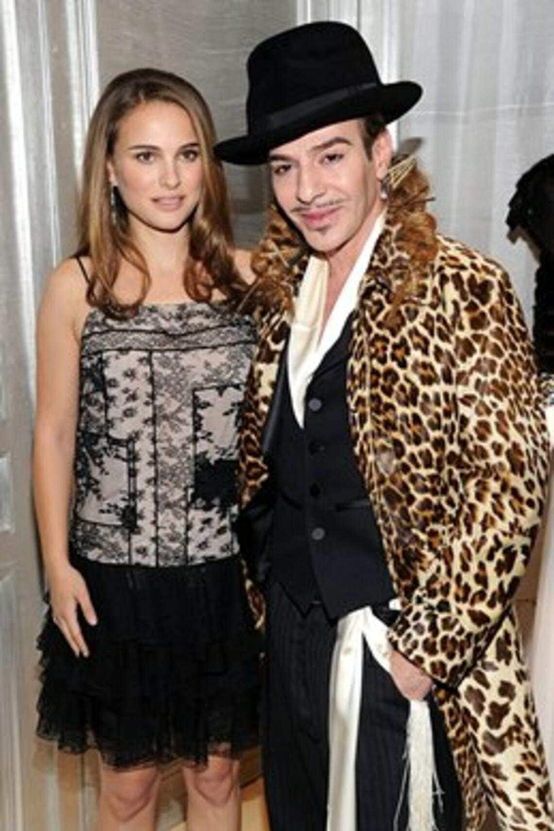 """Galliano mit der Jüdin Natalie Portman, Gesicht für's Parfüm """"Miss Cherie Dior"""". Sie äusserte sich so: «I am deeply shocked and disgusted by the video of John Galliano's comments that surfaced today. In light of this video, and as an individual who is proud to be Jewish, I will not be associated with Mr. Galliano in any way."""
