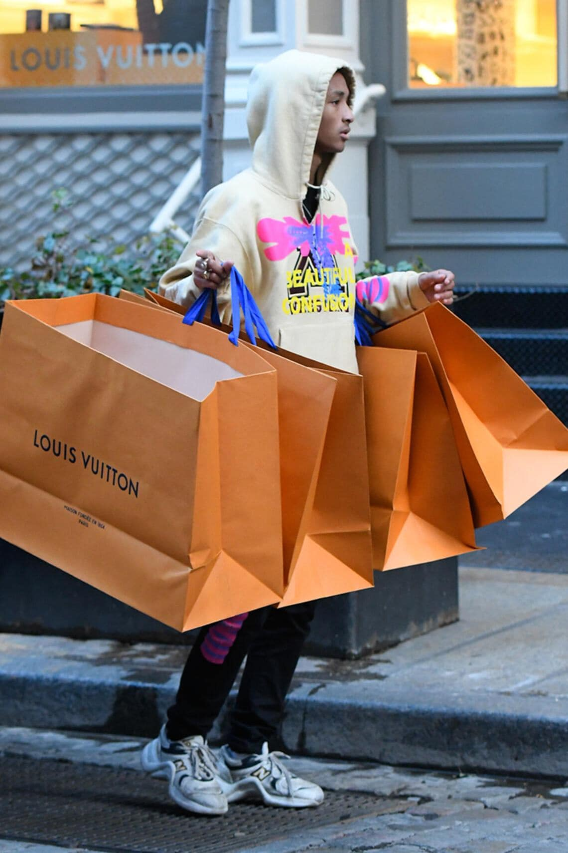 Jaden Smith mit Shoppingbags