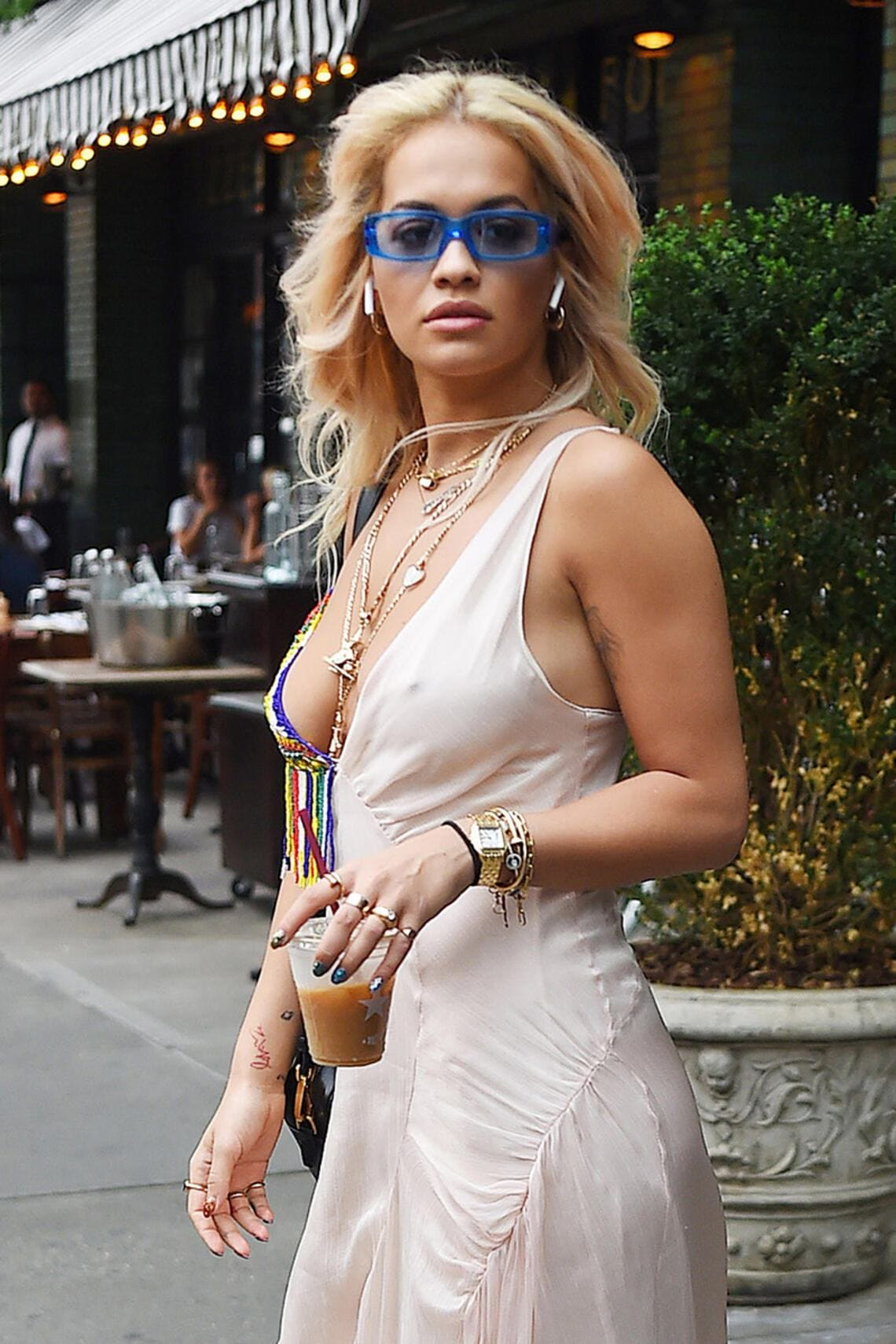 Rita Ora mit Apple AirPods.