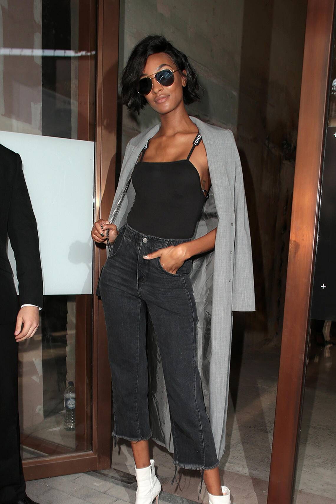 Jourdan Dunn in Jeans und Dustercoat unterwegs in London